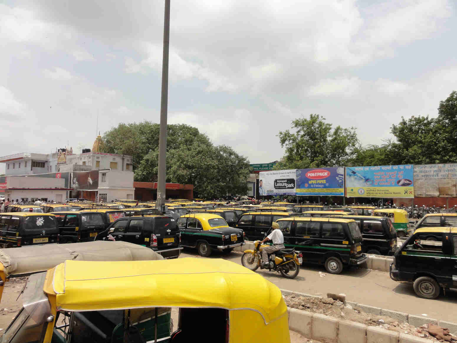 delhi traffic Among the various roles played by the delhi police, one of the major duties is managing the city's traffic situation the delhi police undertakes the act of controlling traffic problem.
